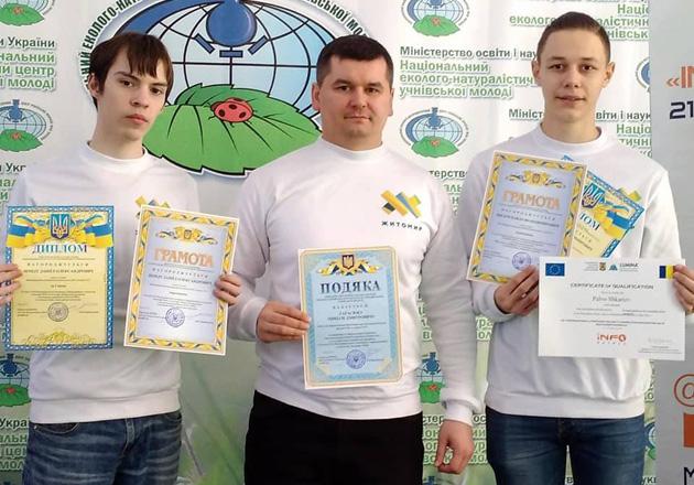 Вчитель інформатики Микола Тарасюк (по центру) з Даніїлом (ліворуч) та Павлом (праворуч)