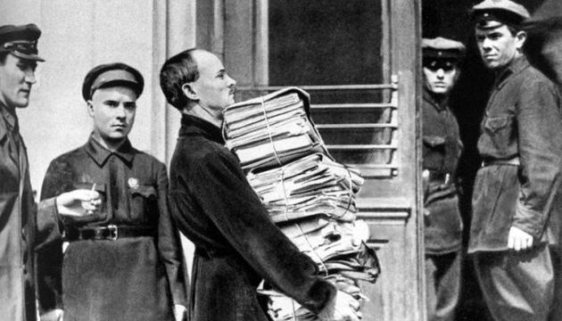 Доставка папок з документами по «Шахтинський справі» на процес. Фото: wikipedia