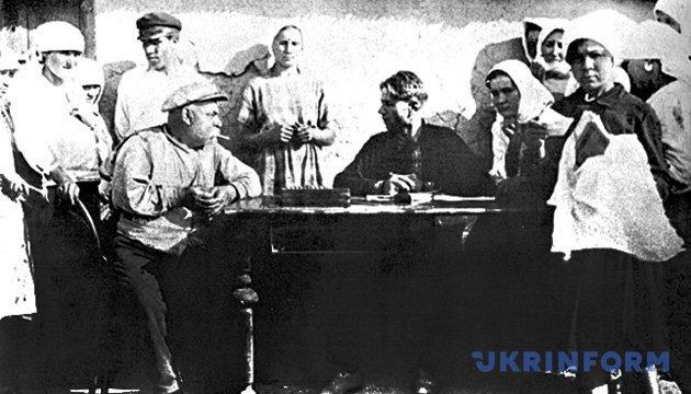 Інспектор праці допитує кулака. Одеська область, 1929 рік. Фото: Укрінформ