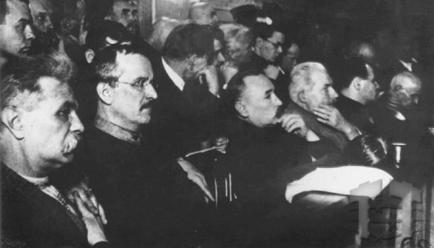 Члени СВУ (крайні зліва) Сергій Єфремов та Володимир Чеховський під час судового процесу. Фото: tsdkffa.archives.gov.ua