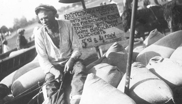 Колгоспники під час здачі хліба, смт. Чубарівка, Дніпропетровська область, 1932 рік. Фото: avr.org.ua