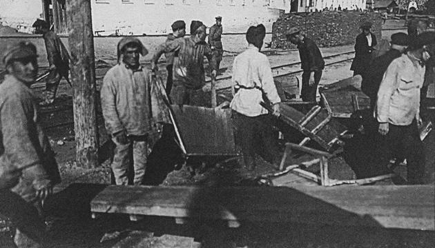 В'язні Соловецьких таборів на роботі. Фото: Twitter