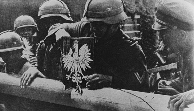 Німецькі солдати знімають герб Польщі на державному кордоні, 1 вересня 1939 року. Фото: Twitter
