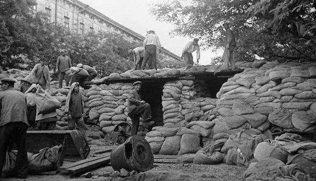 Будівництво укріплень на одній з вулиць Києва, липень 1941 року. Фото: tsdkffa.archives.gov.ua