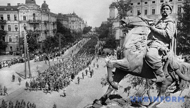Конвоювання німецьких військовополонених вулицями Києва. Фото: Укрінформ