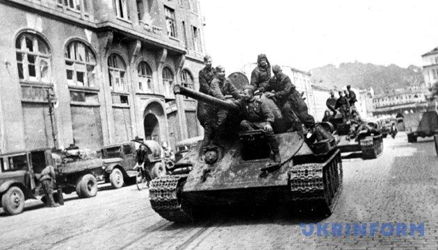 Радянські танки на вулицях Львова, 1944 рік. Фото: Укрінформ