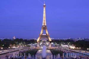 В Париже погасили огни Эйфелевой башни в память о жертвах в Бейруте