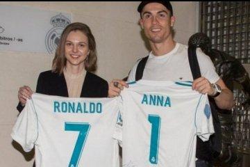 Anna Muzychuk pose avec Cristiano Ronaldo et un maillot du Real Madrid
