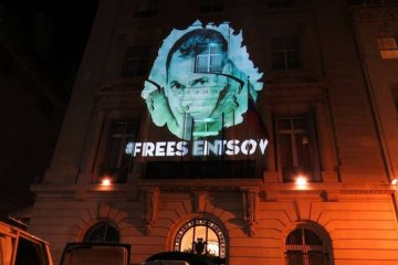 Senzow-Bild auf russische Botschaft in New York projiziert - Fotos