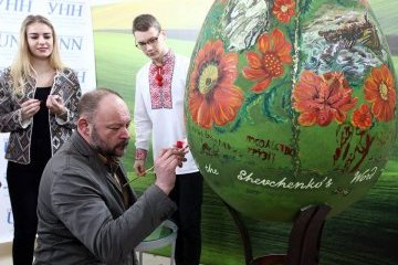 Foreign diplomats paint traditional Ukrainian Easter egg to honor poet Shevchenko. Photos