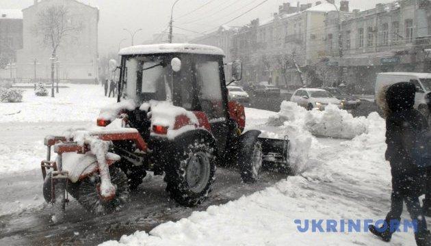 Украину снова засыпает снегом, дороги чистят 1 734 единиц техники