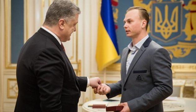 Президент вручил олимпийскому чемпиону Абраменко орден и сертификат на квартиру