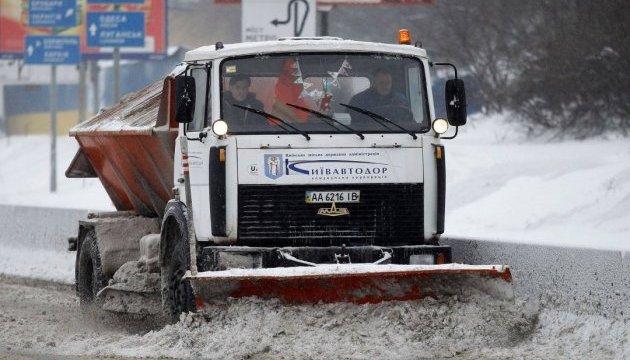 Сніг у Києві прибирають 560 одиниць техніки