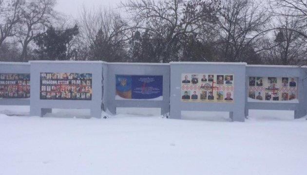 У Херсоні розмалювали свастиками Меморіал Героїв незалежної України