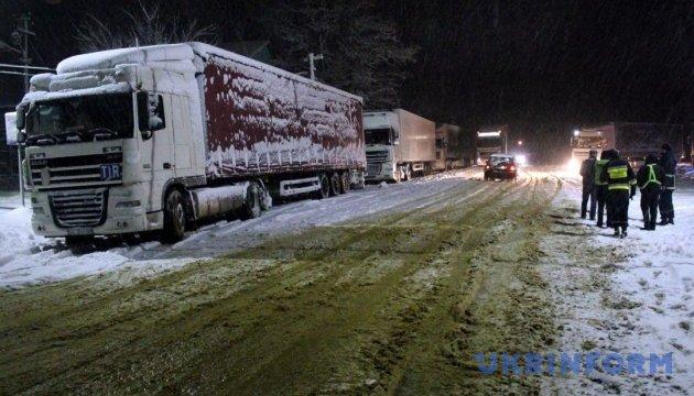 Из-за сильного снегопада Одессу закрыли для фур