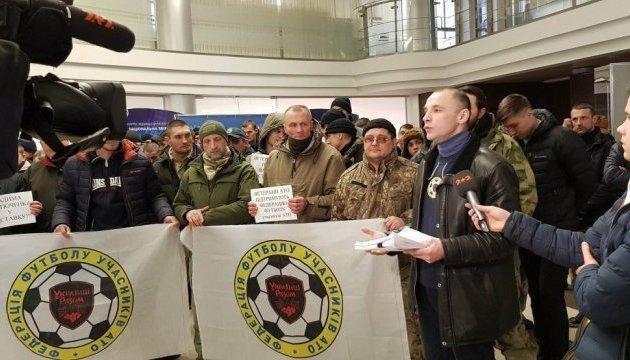 Ветераны АТО пришли к ФФУ требовать новый договор и отставки вице-президента Костюченко