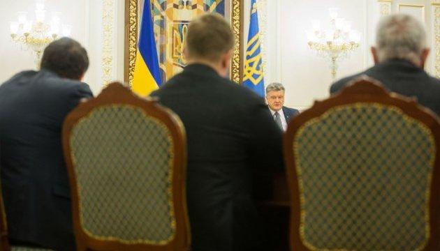 Порошенко просит Раду рассмотреть вопрос введения военного положения в понедельник
