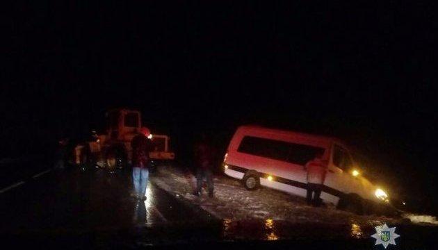 Под Бердянском из-за снегопада застрял автобус с австрийцами