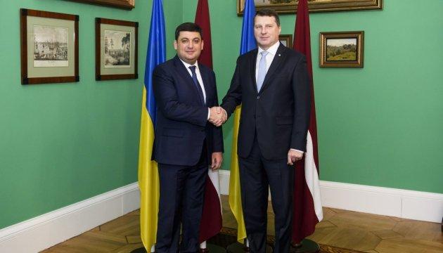 Гройсман обговорює з президентом Латвії питання миротворців на Донбасі