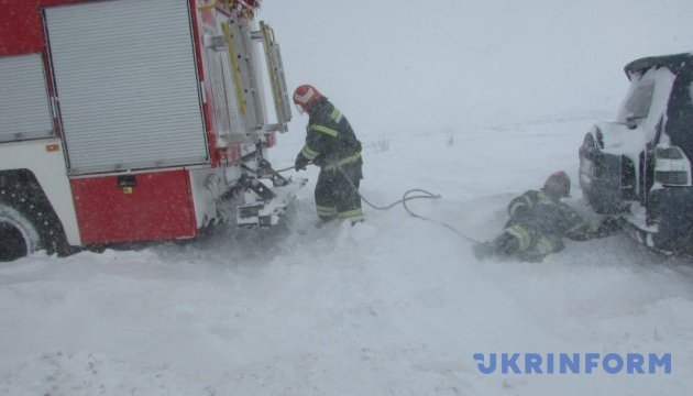 Під Бердянськом зі снігових заметів витягли понад 80 пасажирів і водіїв