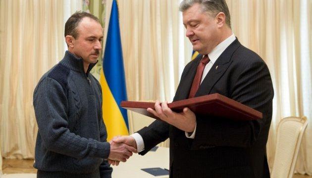 Президент вручив Зірку Героя України брату закатованого кримського татарина