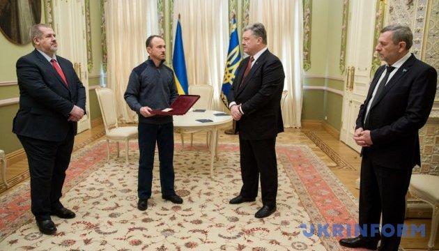 Порошенко вручил Звезду Героя Украины брату замученного крымского татарина