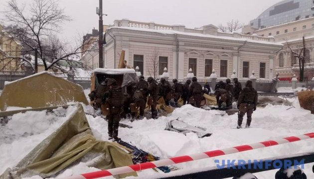 Law enforcers taking down tents near Ukrainian parliament