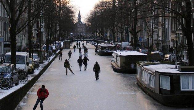 В Амстердаме каналы превратились в огромный каток под открытым небом