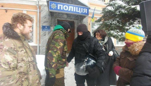 Біля Печерського райвідділу поліції вимагають відпустити затриманих під Радою
