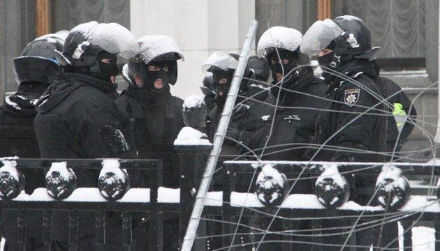 Поліція оточила намети під Радою, Маріїнський парк прибирають трактори