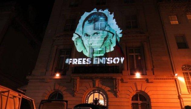 На російському посольстві у Нью-Йорку з'явилися проекції, присвячені Сенцову