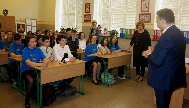 Гройсман і Гриневич завітали до Ризької української школи та поспілкувалися з діаспорянами
