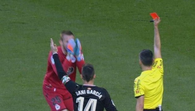 Коваль неудачно дебютировал за «Депортиво»: пропущенный мяч и удаление