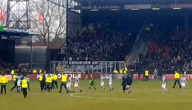 У Голландії футбольні фанати вибігли на поле бити гравців суперника