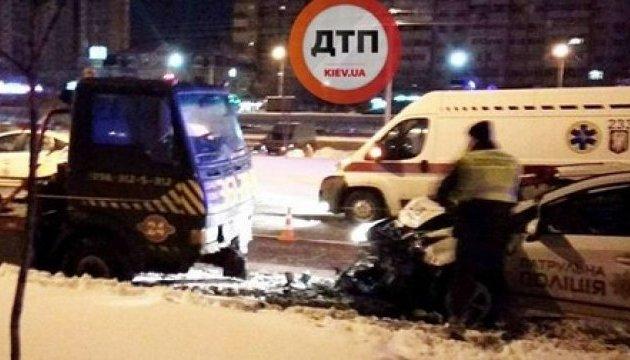 У Києві автомобіль патрульних влетів в евакуатор