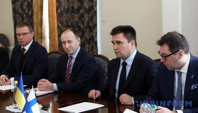 Klimkin: Finlandia está dispuesta a enviar a sus cascos azules al Donbás