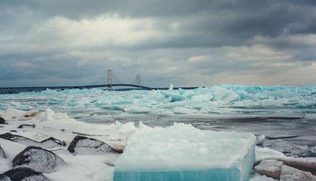 Чому лід на озері Мічиган став блакитним