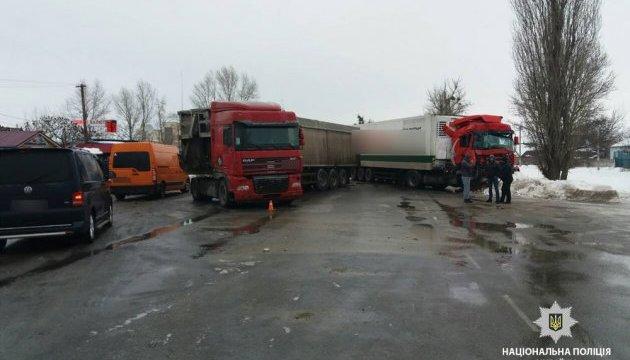 На Полтавщині зіткнулися одразу чотири вантажівки