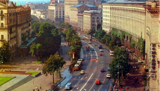 В центре Киева установили экраны с кинохроникой города