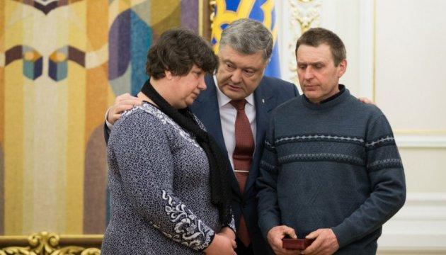 Порошенко нагородив медсестру Галицьку орденом