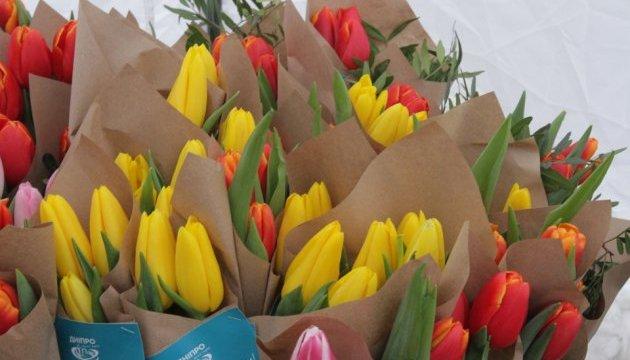 Жінкам Дніпра 8 березня дарували квіти