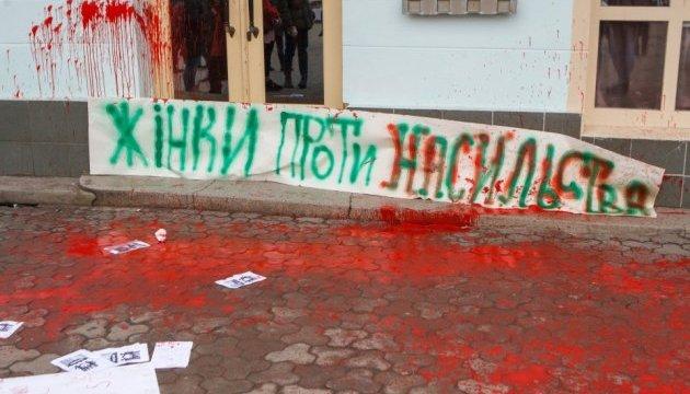 Учасниць акції про права жінок в Ужгороді облили червоною фарбою