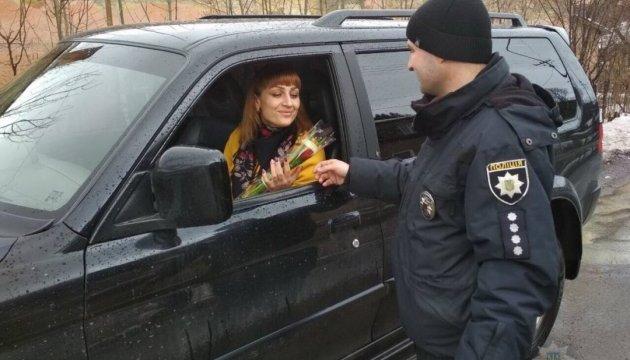 На дорогах Закарпаття патрульні вітали жінок-водіїв з 8 березня