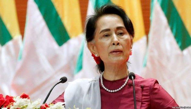 Экс-лидер Мьянмы впервые лично предстала перед судом