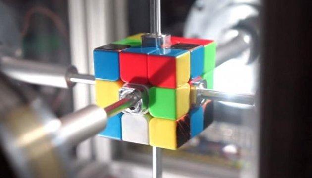 Робот-рекордсмен собрал кубик Рубика за 0,38 секунды