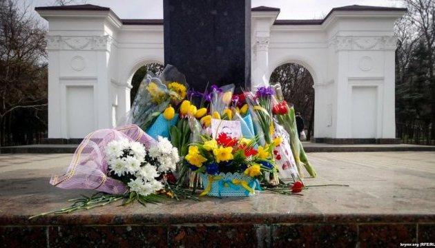 У Криму до пам'ятника Шевченку несли букети з синьо-жовтими стрічками