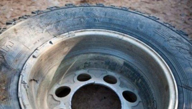 На Львівщині у вантажівки злетіло колесо і вбило жінку на зупинці