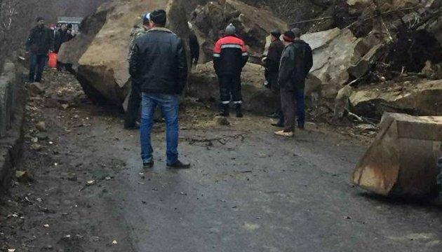 На Закарпатті кам'яна брила перекрила дорогу до гірського села