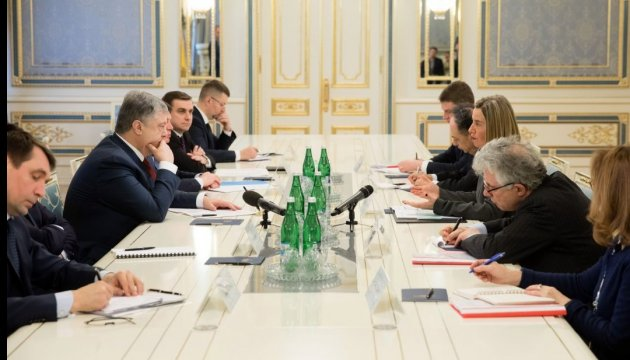 Порошенко і Могеріні домовились посилити боротьбу з фейковими новинами