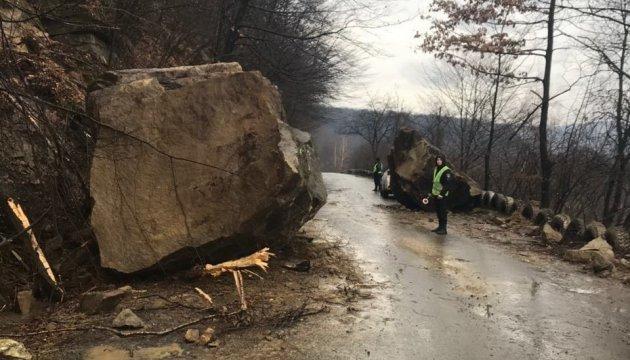 На Закарпатті розблокували дорогу, на яку обвалилася скеля